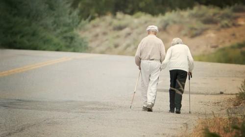 gty_elderly_couple_walking_jt_120715_wg
